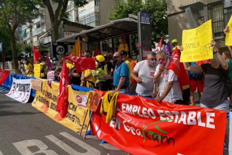 Los trabajadores de Geacam llevan sus protestas al acto del Día de la Región