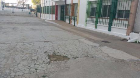 Roldán pide al Gobierno de Page que acondicione la zona de recreo del Colegio Público de Tinajas
