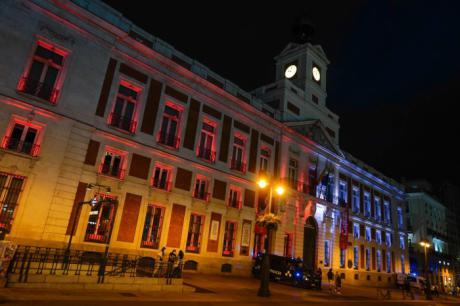 La Comunidad de Madrid ilumina la fachada de la Real Casa de Correos por el Día de Castilla-La Mancha