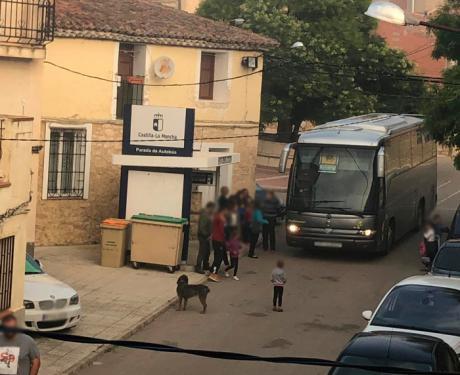 Once niños de Arguisuelas tienen que ir al colegio en coches particulares al no llevar el autobús escolar monitor que les cuidara