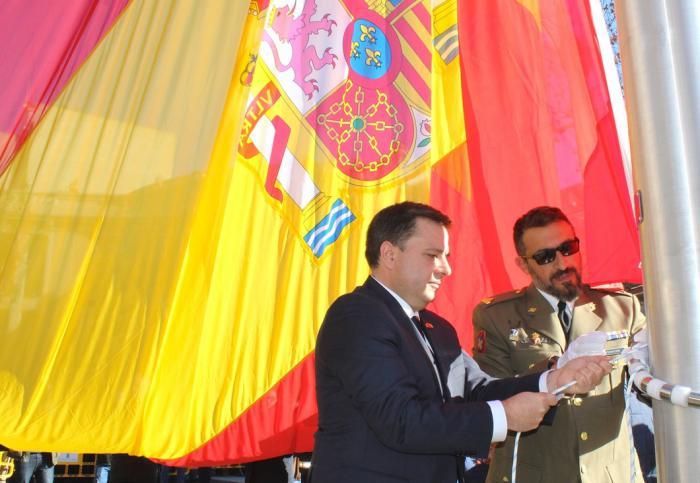"""Serrano afirma que la bandera de España que preside Albacete es """"un claro homenaje de los albaceteños a la democracia y al símbolo que mejor representa los valores de la Constitución"""""""