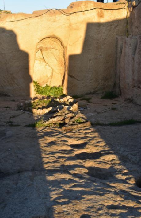 Habitación de culto del yacimiento de La Cava con el sol iluminando el santuario.