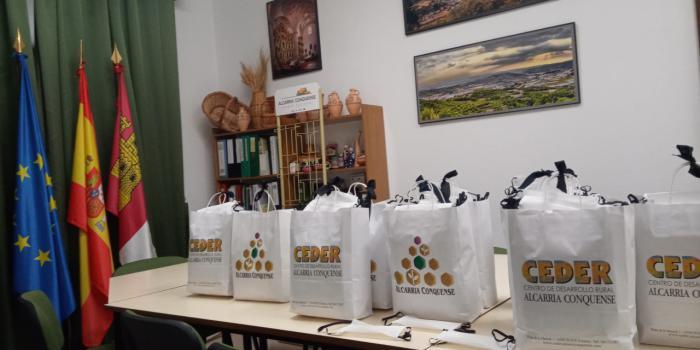 Ceder Alcarria Conquense distribuye, con la colaboración de Globalcaja, pantallas protectoras faciales para los sanitarios, mamparas protectoras de mesa para los servicios municipales y mascarillas para toda la población de la comarca