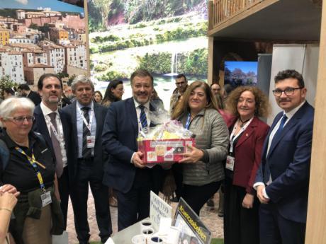 El Ayuntamiento sortea cuatro lotes de productos conquenses entre los visitantes al stand de Cuenca