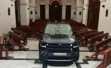 Empotra su coche contra el altar de la iglesia de Sonseca
