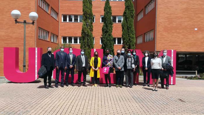 La UCLM dona 1.500 ejemplares a la Asociación de Mujeres Hispanohablantes de Costa de Marfil