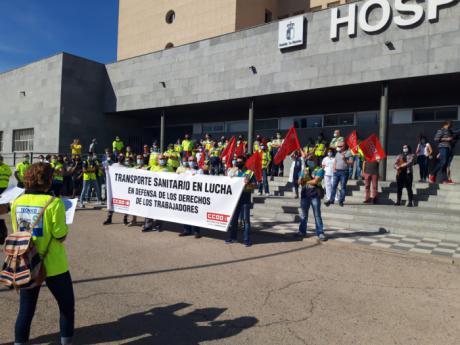 """Concentración a las puertas de la delegación de la Junta en la cuarta semana de huelga del personal de """"Ambulancias Cuenca UTE"""""""