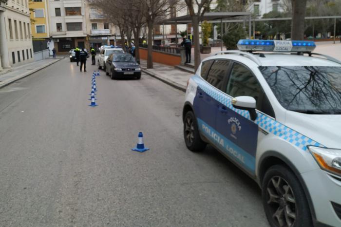 Imagen de archivo. Agentes de la Policía Local de Cuenca realizando un control en el centro de la ciudad