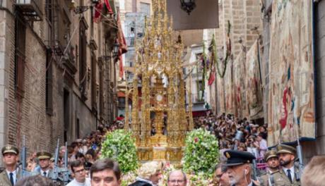 Toledo recupera un Corpus con flores, tomillo y breve salida de la Custodia