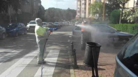 """Se refuerza la desinfección de calles y """"puntos calientes"""" de cara a las salidas de menores"""