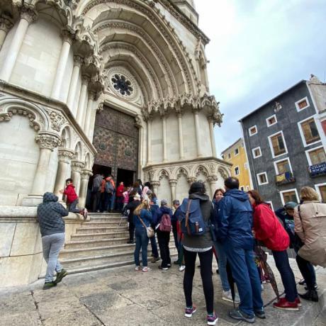 Visitantes haciendo cola para acceder a la Catedral de Cuenca