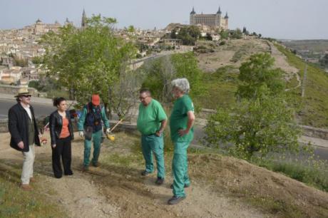 El Ayuntamiento de Toledo acondiciona el itinerario procesional de la Virgen del Valle con los trabajadores del programa 'Garantía +55'