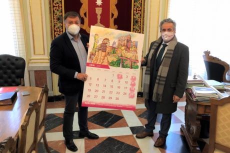 Soliss presenta al alcalde de Cuenca su calendario 2021 en el que Cuenca ocupa el mes de abril