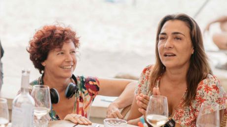 Icíar Bollaín y Candela Peña en el rodaje de La boda de Rosa