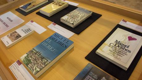 La UCLM conmemora el centenario de Delibes con una muestra bibliográfica en el Campus de Toledo