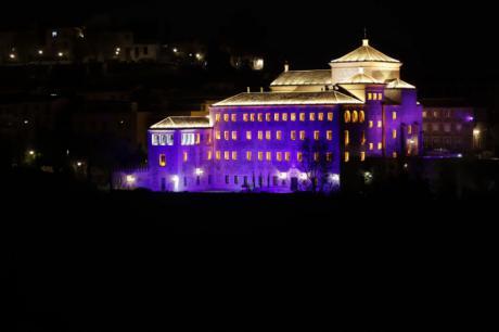 La fachada de las Cortes de Castilla-La Mancha se ilumina de morado por el 25N