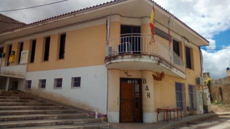 El artista 'Freskales' comienza a pintar un mural contra la despoblación en la fachada del Ayuntamiento de Portalrubio de Guadamejud
