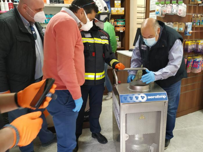 Bomberos y Protección Civil desinfectan las 28 farmacias de la capital