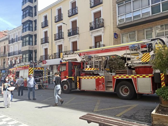 Un incendio obliga a desalojar un bloque de viviendas en el centro de la capital