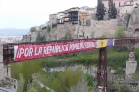El puente de San Pablo amanece con una pancarta republicana