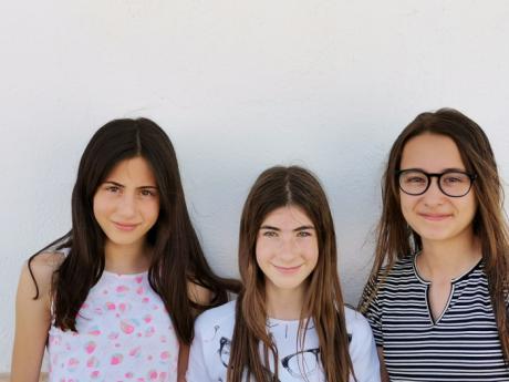Un grupo de alumnas del colegio San Gil Abad de Motilla del Palancar, ganadoras del concurso nacional 'Jóvenes Reporteros para el Medio Ambiente'