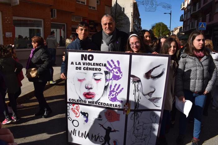 Más de 250 personas participan en la marcha contra la violencia de género