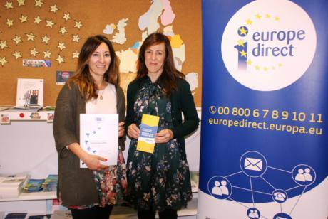 María Gil junto a la directora del Centro de Información 'Europa Directo', Sonia Zornoza