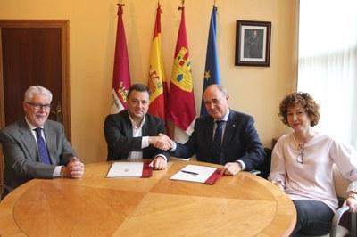 Manuel Serrano tras la firma con el presidente del patronato de la Fundación Globalcaja Albacete, Herminio Molina