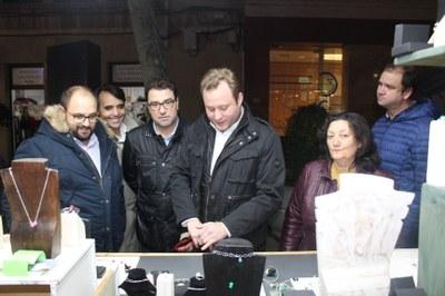 Casañ anima a los vecinos a disfrutar de la rica oferta comercial de la ciudad y valora estas iniciativas como impulsos para dinamizar la actividad económica