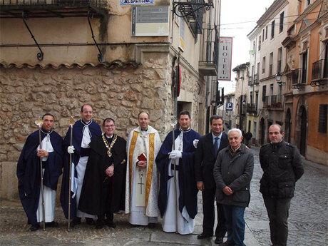 El alcalde asiste a la bendición de la calle Hermandad del Bautismo