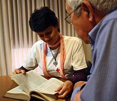 El Gobierno de Castilla-La Mancha y Cruz Roja trabajan juntos para facilitar el acceso a la lectura a las personas mayores de 65 años