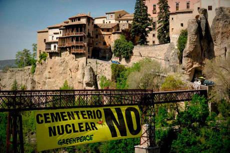Jóvenes de Greenpeace protestan en Cuenca contra el ATC en Villar de Cañas