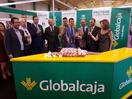 Globalcaja muestra su apoyo al sector del ajo de Las Pedroñeras en la 45 edición de la Feria del Sector