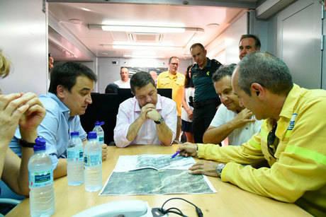 El INFOCAM refuerza su acción en la línea de defensa del incendio de Yeste para combatir el fuego y cerrar el perímetro en la zona este