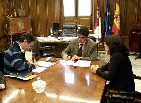 """Diputación y """"Proyecto Hombre"""" firman un acuerdo para la prevención del consumo de drogas"""