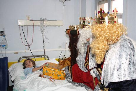 Los niños ingresados en el Virgen de la Luz han recibido la visita de los Reyes Magos