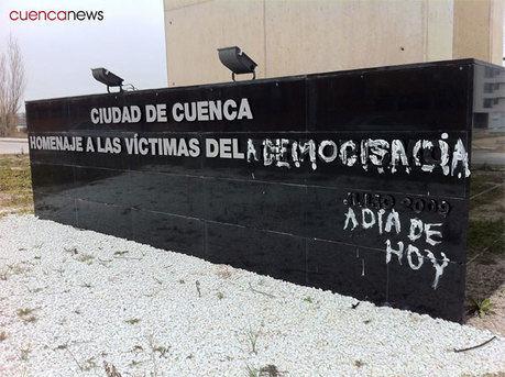 """Aparecen pintadas en la Rotonda en """"Homenaje a las víctimas del terrorismo"""""""