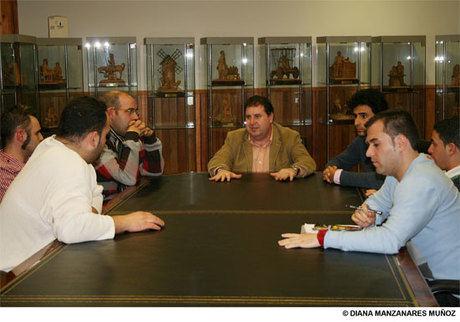 El Alcalde se reúne con los hosteleros para planificar la fiesta de los años ´60