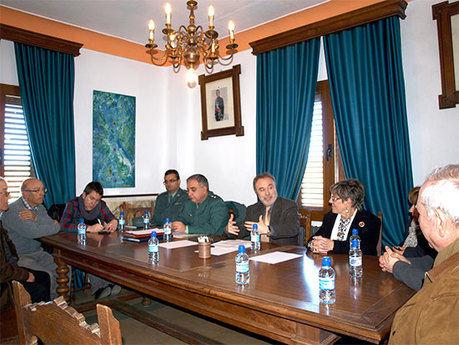 El Subdelegado del Gobierno analiza en Almodóvar del Pinar las inversiones de los Fondos Estatales y el Plan contra la delincuencia con ediles de la comarca