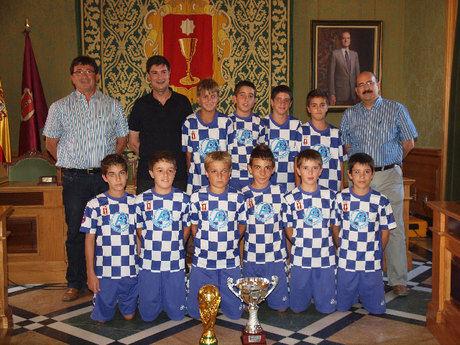 El alcalde recibe a la Escuela Municipal Alevín de Fútbol 7