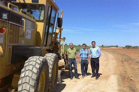 Prieto se interesa por la marcha de las obras cofinanciadas por la Diputación en dos caminos rurales de Iniesta