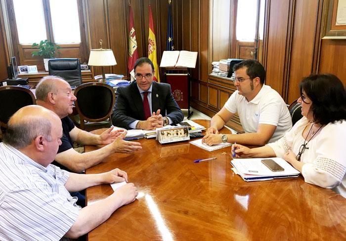 Prieto invita al alcalde de Ribatajada a concurrir al Plan de Instalaciones Municipales para hacer un vivero de empresas