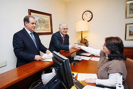 El presidente autonómico entregó en el registro del Congreso de los Diputados la Ley del Agua de Castilla-La Mancha