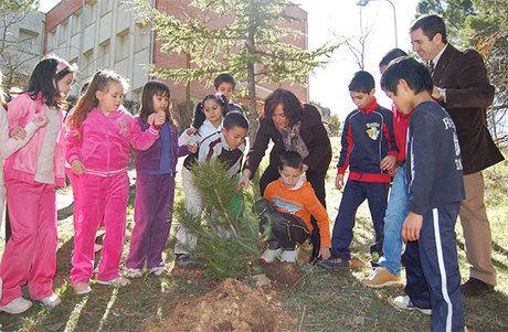 Molina participó hoy en la plantación de especies autóctonas con los escolares del CP 'San Julián' coincidiendo con el Día Forestal Mundial