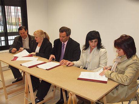 El alcalde firma el convenio de cesión del piso piloto de Cañadillas a tres asociaciones de la capital