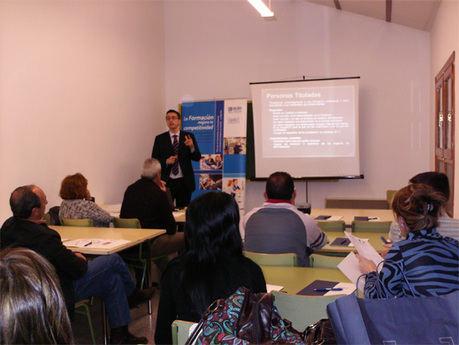 Una veintena de empresarios de Iniesta reciben información sobre el 'Primer contrato'