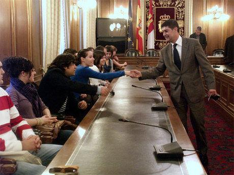 La Diputación convoca una nueva edición de las becas Leonardo para que los jóvenes puedan completar su formación en Europa
