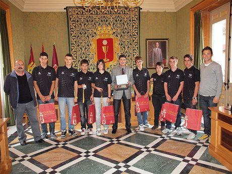 El alcalde recibe al equipo cadete del club de triatlón 'Hoces de Cuenca'