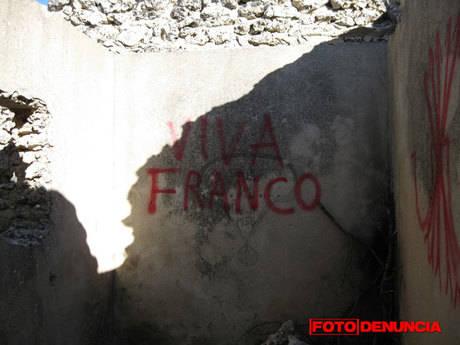 FD: Pintadas fascistas en el Blocao del Mirabueno