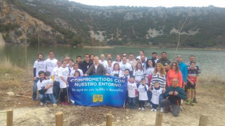 Voluntarios de Mahou San Miguel colaboran en la recuperación del entorno del manantial de Solán de Cabras